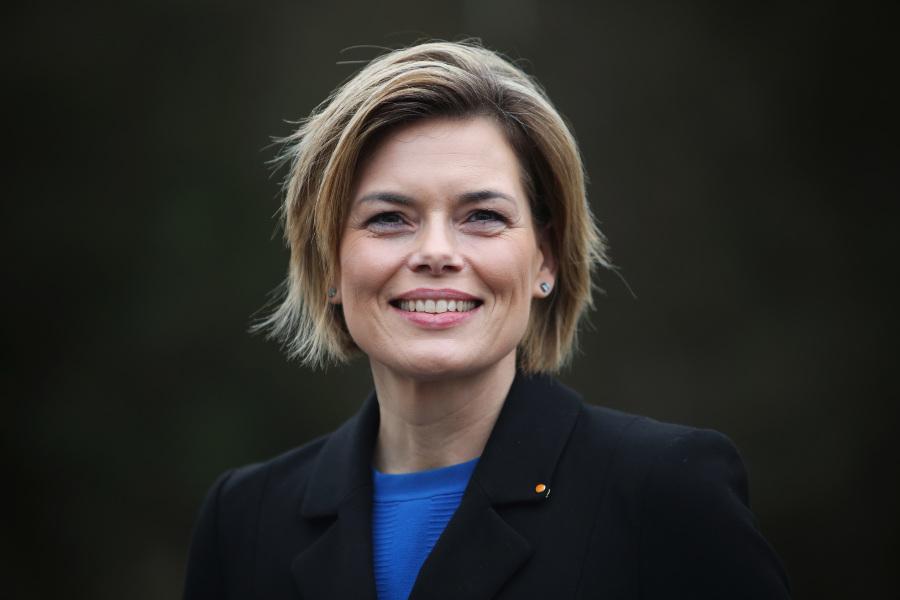 Julia Klöckner freut sich über das Verbot der Bienengifte