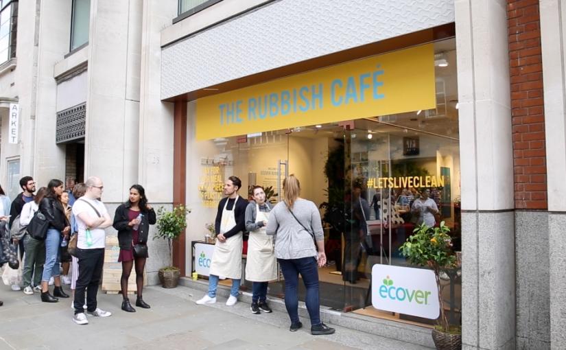 In diesem Londoner Pop-up-Café kann mit wiederverwertbarem Plastik bezahltwerden