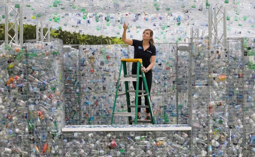 Londoner Zoo stellt 15.000 Plastikflaschen aus – den Plastikkonsum der Briten in einerMinute